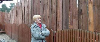 Нереально высокий забор между соседями из горбыля
